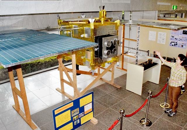 北陸3県で初展示となる小惑星探査機「はやぶさ2」の実物大模型=17日、福井市自然史博物館