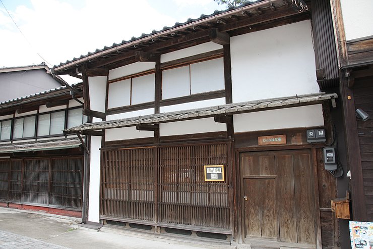 長い軒や両側の袖壁が特徴の古い町家「じょうはな庵」=南砺市城端
