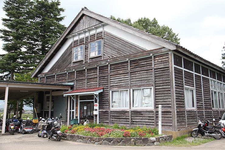 下見板張りの意匠を凝らした外観が特徴の旧大鋸屋小体育館=南砺市大鋸屋