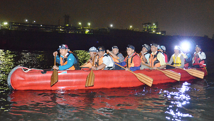 工場夜景(奥)を楽しみながら小矢部川をEボートで下る参加者