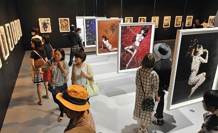 初日から大勢のファンが訪れた「清川あさみ―美採集―」=18日、福井県あわら市の金津創作の森