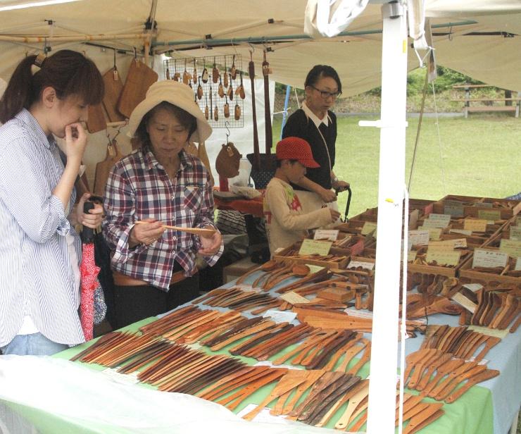 木製の食器をつくるクラフト作家のテント