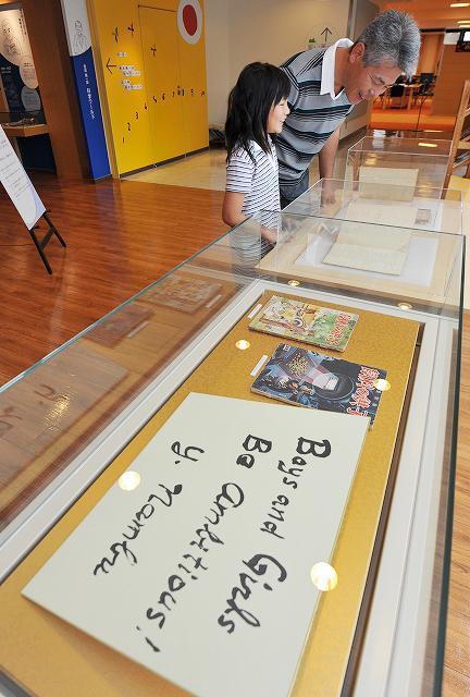 亡くなった南部陽一郎さんをしのび、直筆の色紙などが展示された追悼展=19日、福井市の県立こども歴史文化館