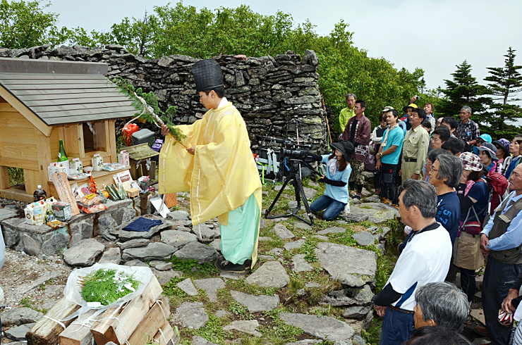 四阿山山頂に新築された山家神社奥宮の西宮でしゅん工祭に参列する氏子や登山客ら