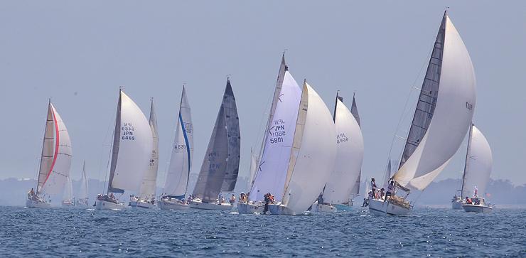 海風を受け、帆を膨らませて富山湾を走るヨット=富山市四方沖