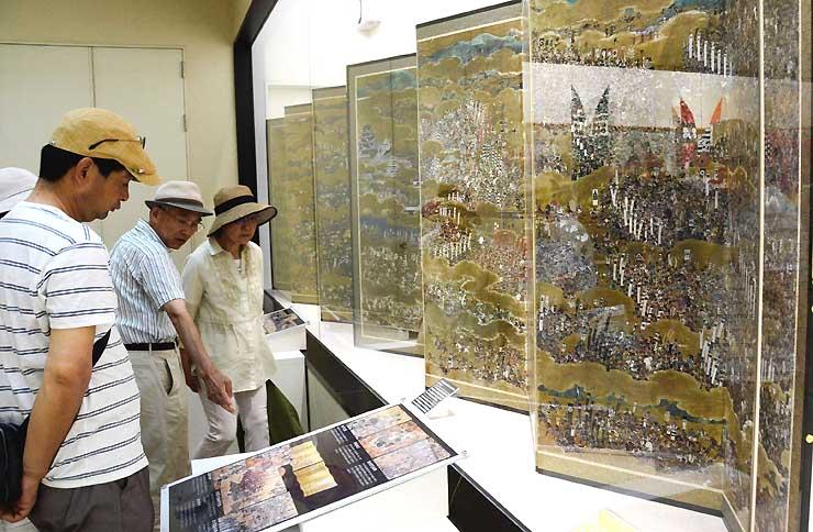 真田氏歴史館に展示された「大坂夏の陣図屏風」(複製)