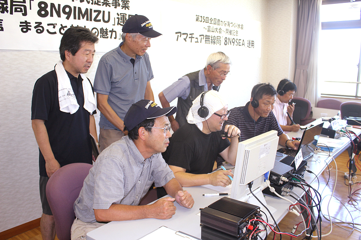 全国のアマチュア無線家と交信する参加者