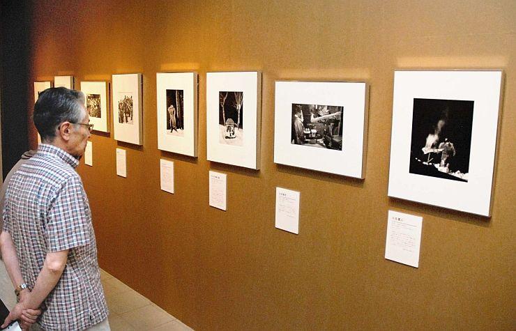 雪国の風景や小正月行事などを撮影した作品が並ぶ浜谷浩の企画展=上越市立総合博物館