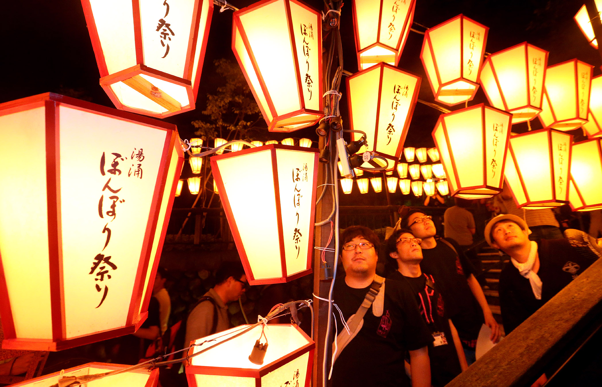 ぼんぼりで幻想的に照らされた温泉街=金沢市の湯涌温泉
