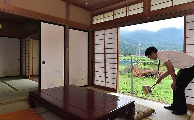 須坂市八町の空き家を改修して開設する移住体験ハウスの居間