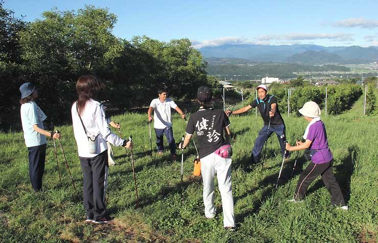 ウオーキング教室で正しい歩き方を教える岡田さん(右から2人目)