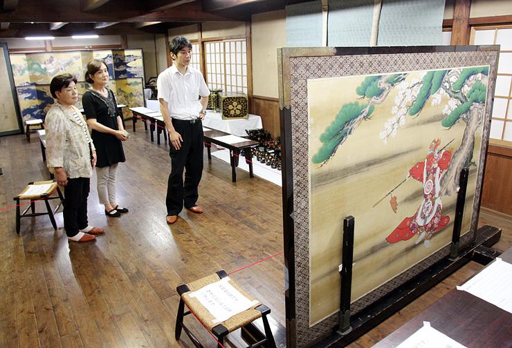 虫干法会で公開された県指定文化財「舞楽図衝立」(右手前)など善徳寺の宝物