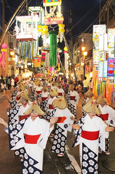 華やかな七夕飾りの下で繰り広げられた民踊街流し=南砺市福光
