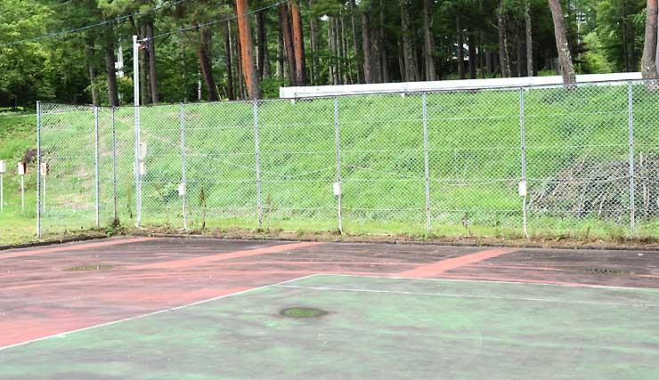 車を止め、電源を利用できるようにしたテニスコート
