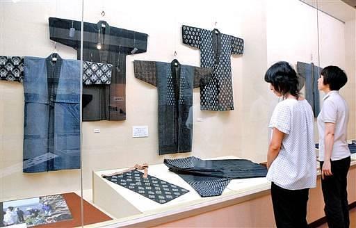 高い装飾技術がうかがえる刺し子の着物など約30点が並ぶ企画展=23日、福井県坂井市のみくに龍翔館