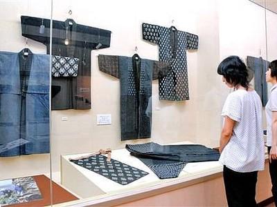 海女の刺し子技術を披露 坂井で伝統の衣装を展示