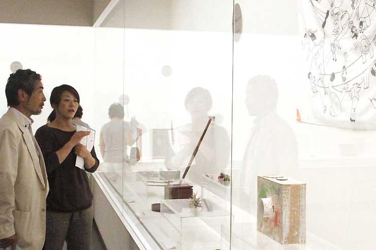 段ボールのカメラなどが並んだ諏訪湖博物館の「大コスモス展」