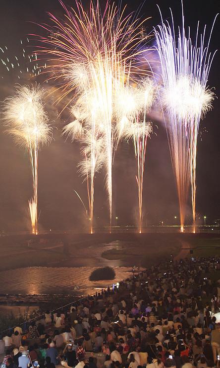 光のシャワーが夜空と川面を彩った「なんとめでた花火大会」=小矢部川の福光橋から撮影(多重露光)