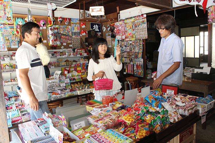 豊富な種類の駄菓子が並ぶ店内。右は山崎さん