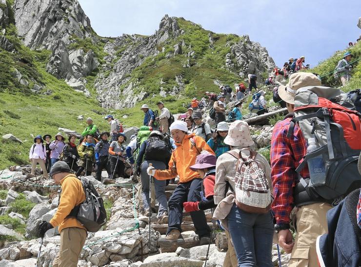 多くの登山者が行き交った中央アルプス・千畳敷カールの登山道=25日午後0時6分
