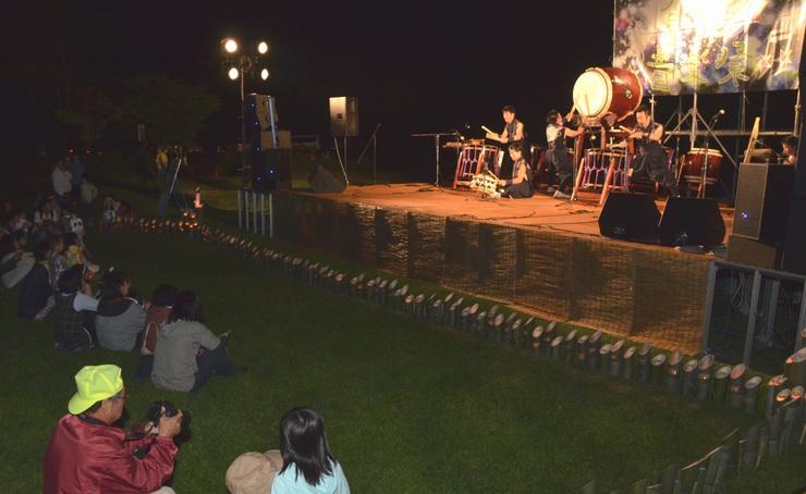 ステージ前の竹宵が点灯する中、演奏が披露されたうるぎ星の森音楽祭