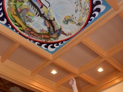 本堂天井に現代美術画 敦賀・妙顕寺,鎮守の竜や波表現