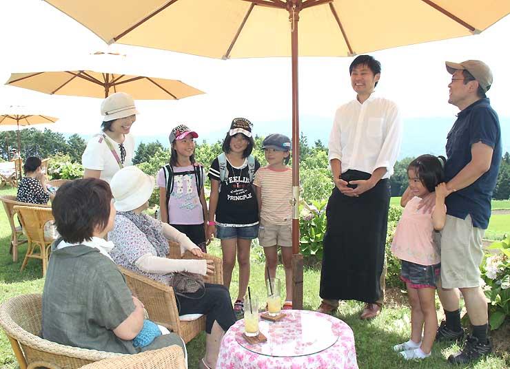 オープンカフェで景色を眺めながらくつろぐ人たち