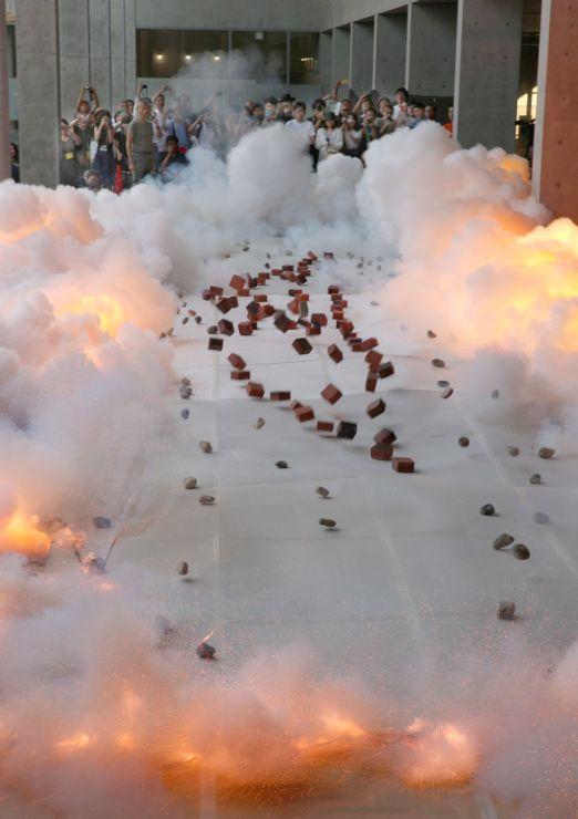 前夜祭で披露された蔡国強さんの火薬絵画の制作パフォーマンス=25日、十日町市