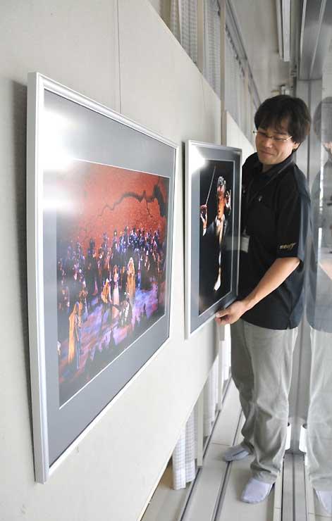 昨年のSKFを伝える写真展の飾り付け作業