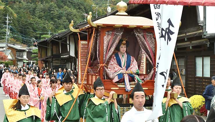 本山宿を訪れた和宮らを再現した行列=昨年10月、塩尻市
