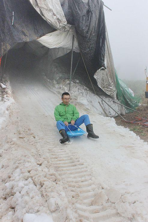 ソリコースを整備し、滑り心地を確認する苗場スキー場スタッフ=28日、湯沢町