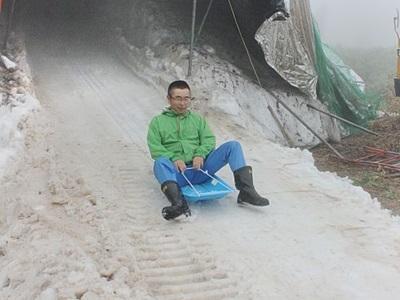 湯沢・苗場スキー場 巨大かまくら、ソリコース完成 夏にひんやり雪遊びいかが