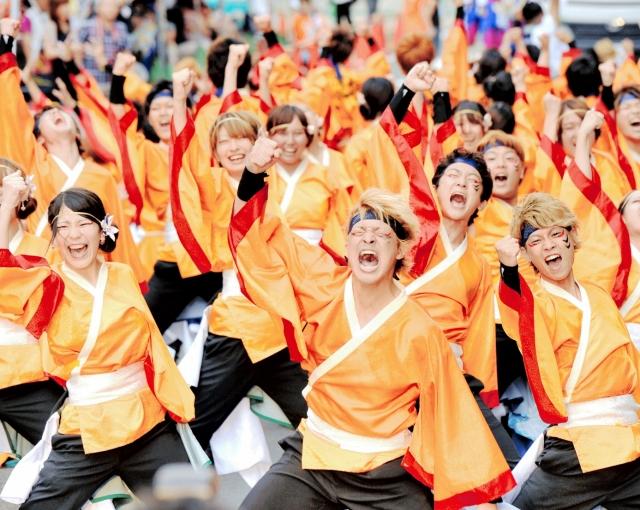 迫力ある舞を披露した昨年の「YOSAKOIイッチョライ」=2014年8月、福井市
