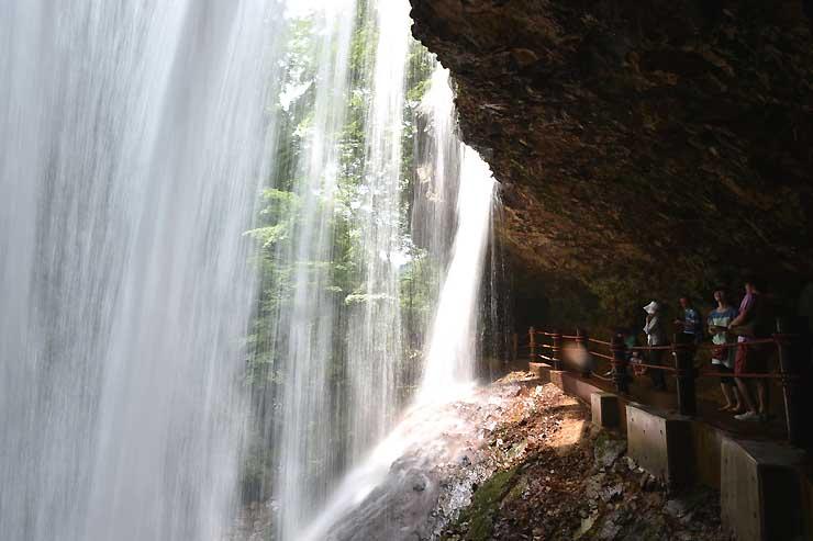 滝のすぐ裏側から水の流れ落ちる様子を見ることができる雷滝=29日、高山村
