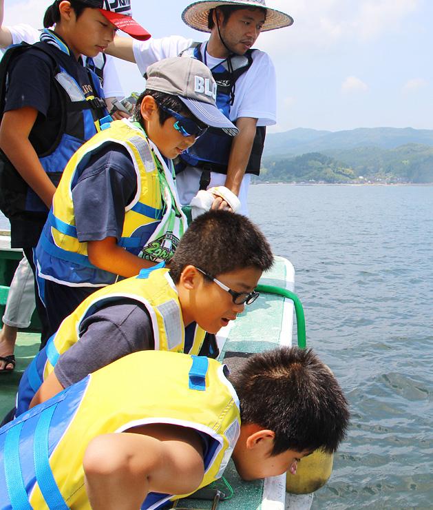 船上から海の様子を観察する子どもたち