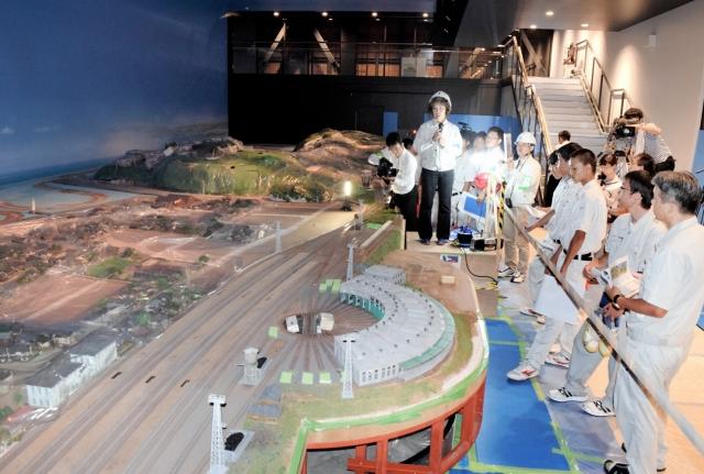 鉄道ジオラマの設置作業が始まった敦賀赤レンガ倉庫=30日、福井県敦賀市金ケ崎町