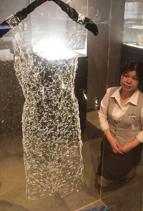 公募展で受賞した言上さんが作ったガラスのドレス
