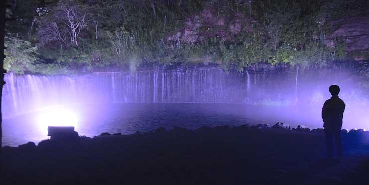 青い光で包まれた白糸の滝