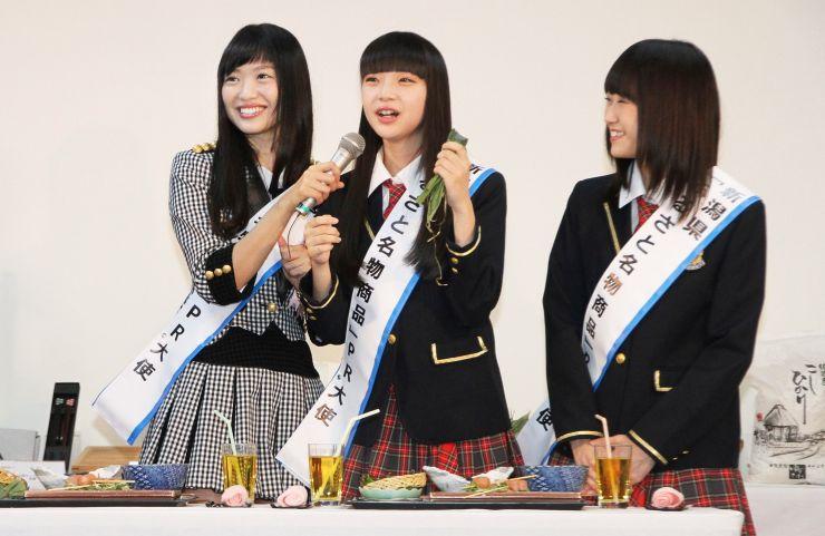 「新潟ふるさと名物商品PR大使」として笹団子を試食したNGT48の荻野由佳さん(中央)。左は北原里英さん、右は西潟茉莉奈さん=30日、東京・表参道