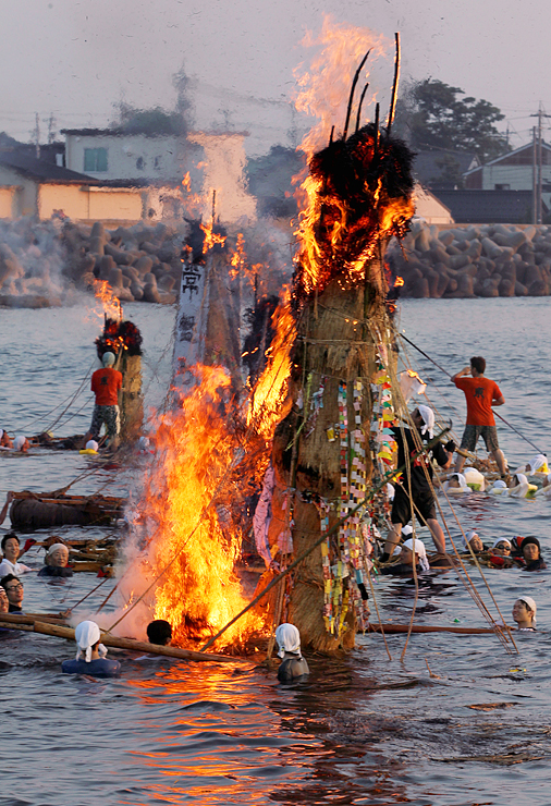 海上を焦がすように赤々と燃えるネブタ=滑川市中川原