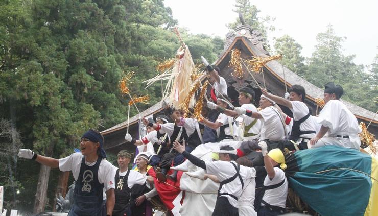 諏訪大社下社秋宮の境内に入った「柴舟」から気勢を上げる氏子ら