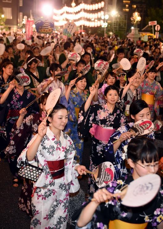 浴衣姿の女性たちも元気に踊った第41回松本ぼんぼん=1日午後7時32分、松本市の千歳橋近く