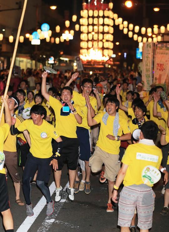 第45回長野びんずるで音楽に合わせて跳びはねる若者たち=1日午後8時35分、長野市の昭和通り
