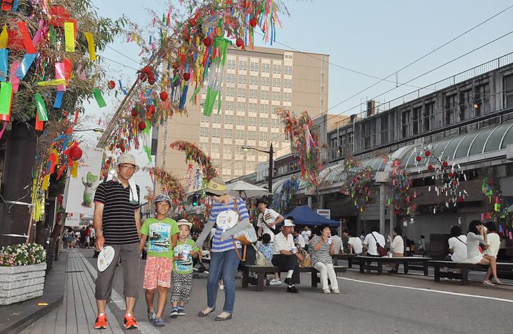 色鮮やかな七夕飾りで彩られた高岡市中心市街地=高岡市末広町