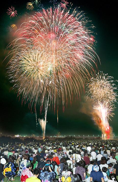 尺玉やスターマインが大勢の観客を魅了した第69回北日本新聞納涼花火=富山市の神通川有沢橋下流(多重露光)