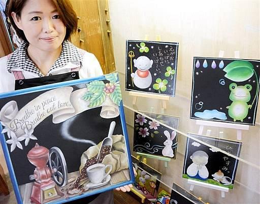 鮮やかなグラデーションで描かれたかわいらしい作品が並ぶ柏倉さんのチョークアート展=1日、大野市元町の平成大野屋二階蔵