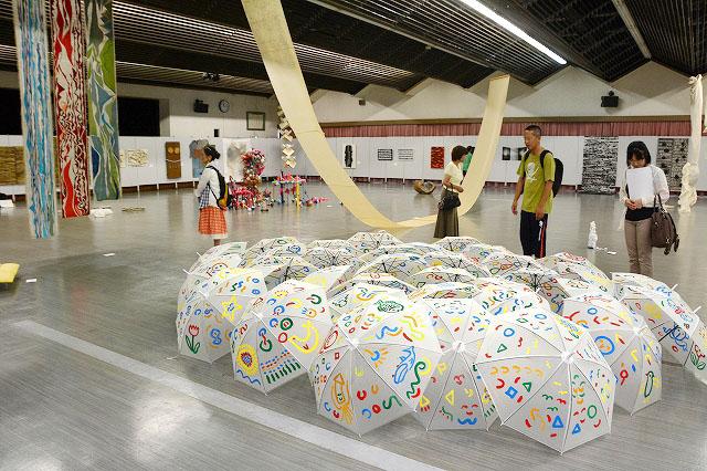 現代美術作家62人の個性あふれる作品が並ぶ国際丹南アートフェスティバル2015=2日、福井県越前市市民ホール