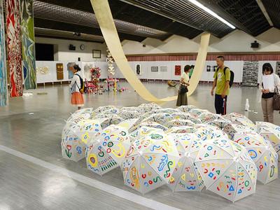 素材生かし独自表現、丹南アートフェス開幕 越前市、6カ国62作家が100点
