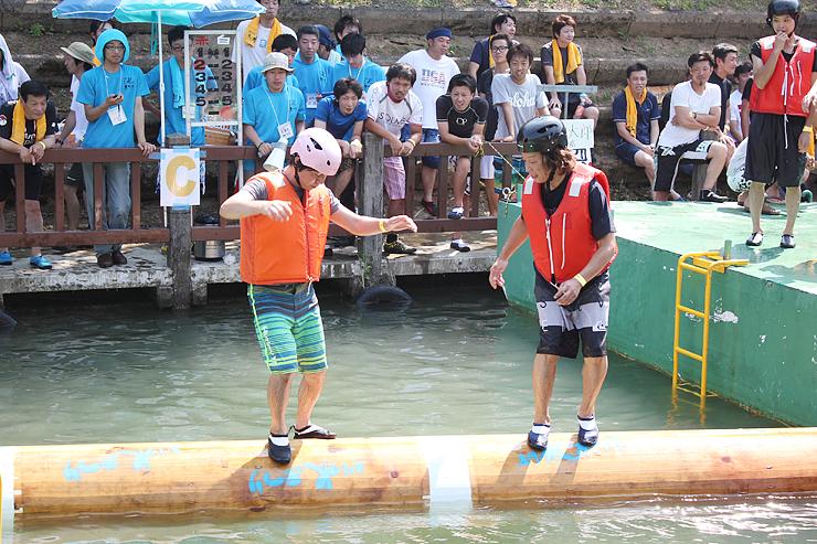 流木乗り選手権で駆け引きを展開する参加者