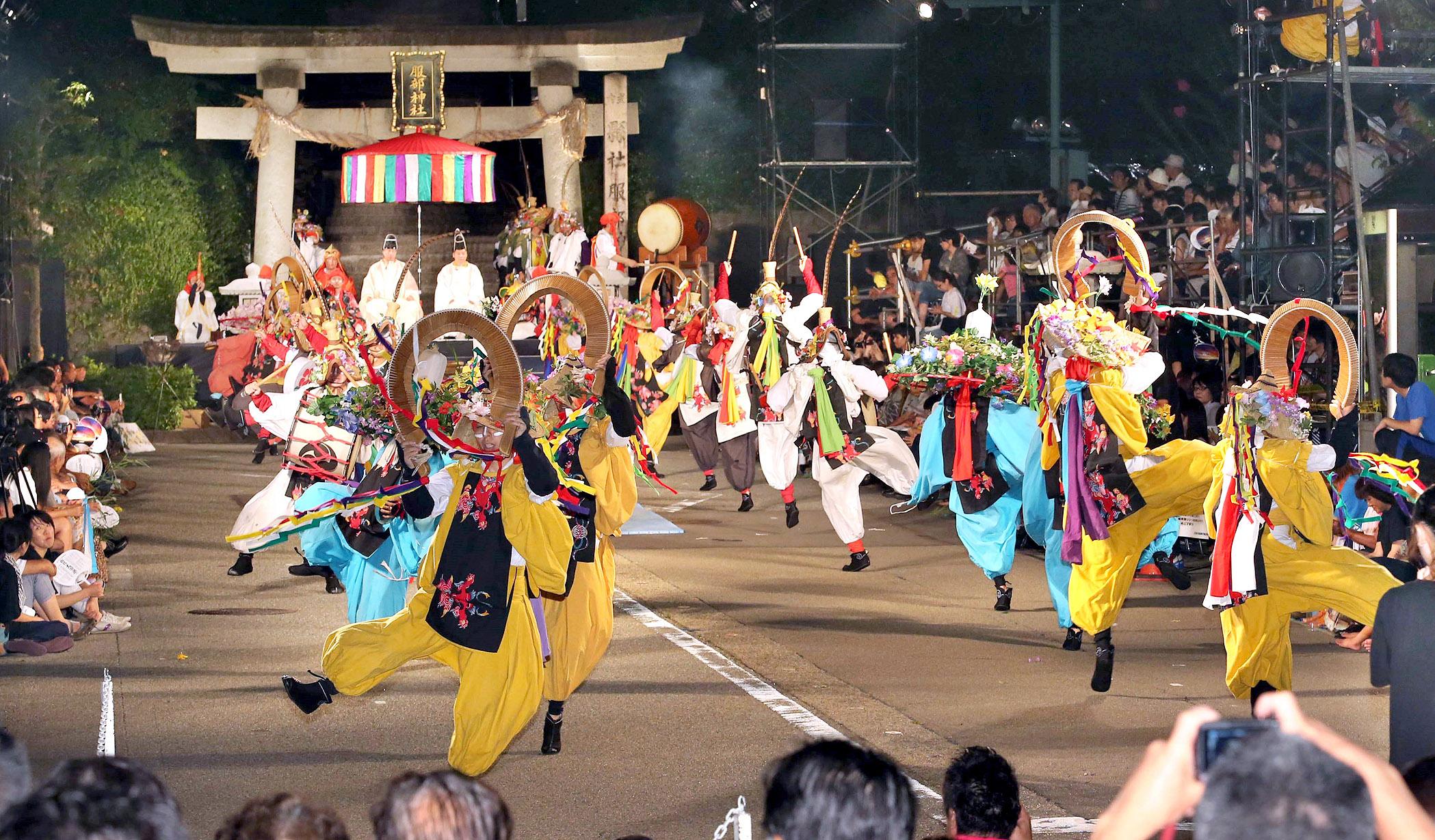 躍動的な舞を披露する出演者=2日午後9時18分、加賀市山代温泉の服部神社前